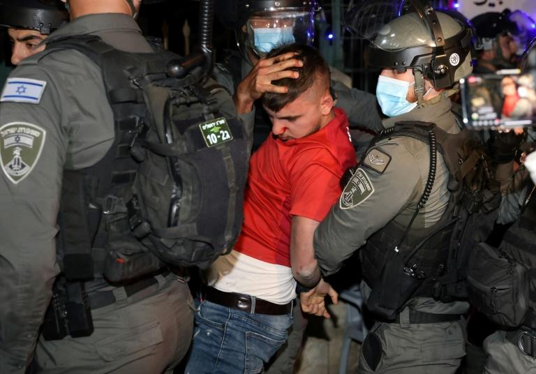 Un manifestant palestinien arrêté par les forces israéliennes dans le quartier de Cheikh Jarrah à Jérusalem-Est, le 5 mai 2021