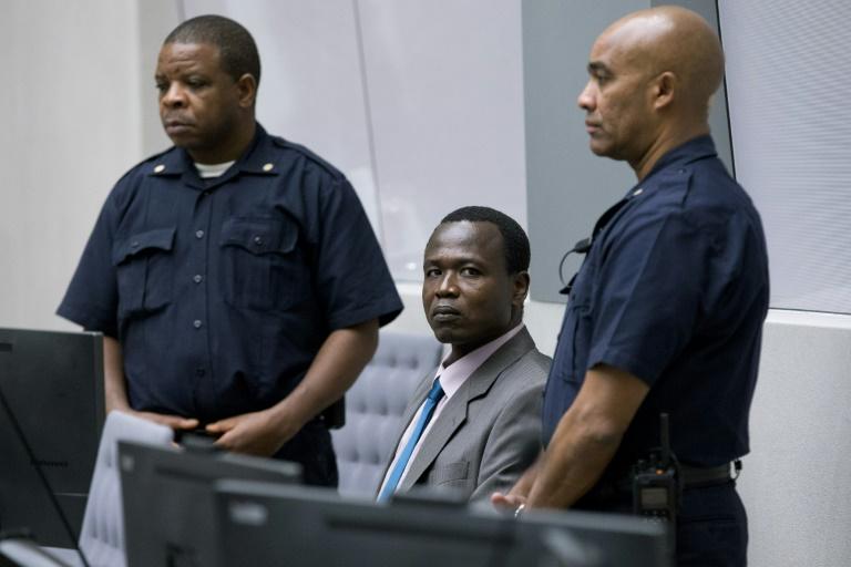 Dominic Ongwen (C), ancien enfant soldat ougandais devenu commandant de la brutale Armée de résistance du Seigneur (LRA), à la Cour pénale internationale (CPI) de La Haye, le 6 décembre 2016
