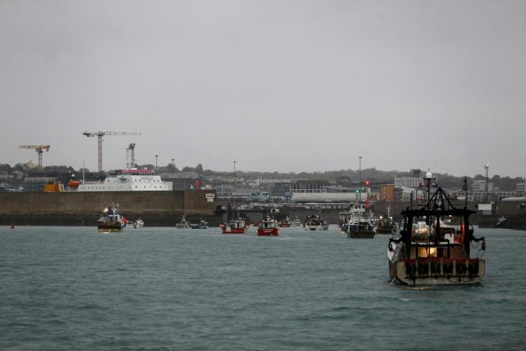 Des bateaux de pêche français manifestent devant le port de Saint Helier sur l'île de Jersey le 6 mai 2021.
