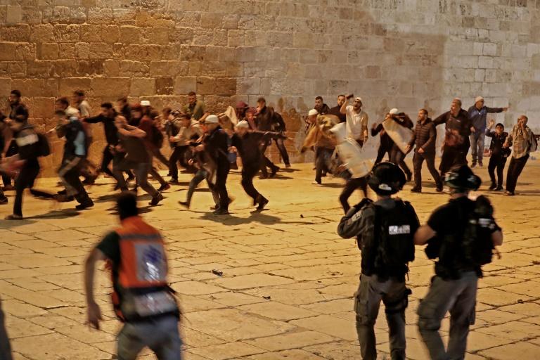 Des heurts entre des manifestants palestiniens et la police israélienne sur l'esplanade des Mosquées à Jérusalem, le 7 mai 2021
