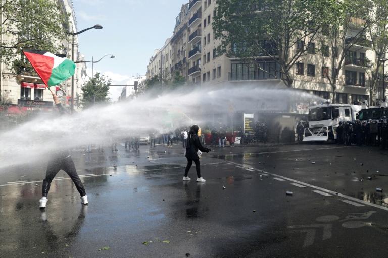 Des manifestants pro-palestiniens face à un canon à eau à Paris, le 15 mai 2021