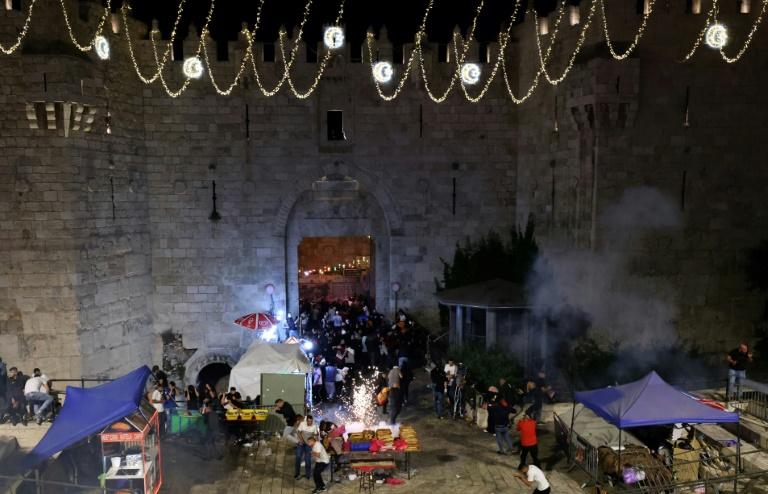 Des manifestants palestiniens fuient des grenades assourdissantes lancées par les forces de sécurité israéliennes à la porte de Damas, dans la Vieille ville de Jérusalem, le 8 mai 2021