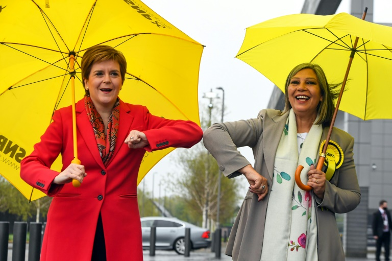 La Première ministre écossaise, l'indépendantiste Nicola Sturgeon (G) félicite la candidate du parti indépendantiste Kaukab Stewart, qui a remporté un siège à Glasgow, le 8 mai 2021