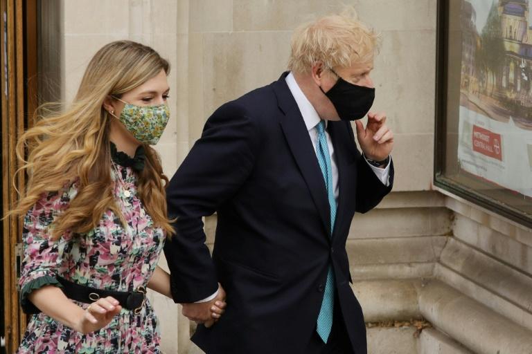 Le Premier ministre britannique Boris Johnson et sa compagne Carrie Symonds après avoir voté aux élections locales, le 6 mai 2021 à Londres