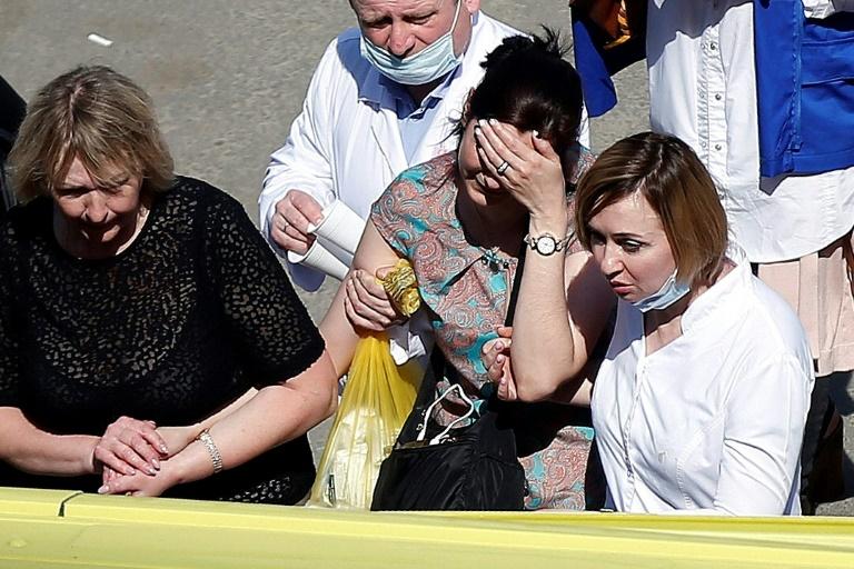 Une femme évacuée par les services de secours après une attaque dans une école de Kazan (Russie) le 11 mai 2021
