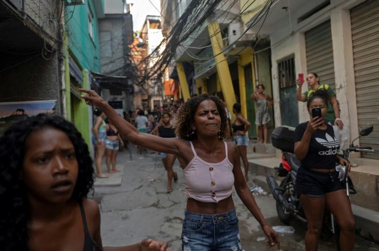 Des habitants de la favela de Jacarezinho dans le nord de Rio protestent après une opération antidrogue le 6 mai 2021.