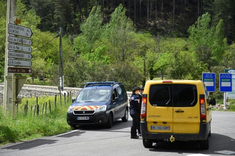 Des gendarmes contrôlent un carrefour près du village des Plantiers, dans les Cévennes, le 11 mai 2021