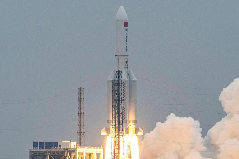 Décollage de la fusée chinoise Longue Marche 5B du centre spatial de Wenchang, le 29 avril 2021 à Hainan, dans le sud de la Chine