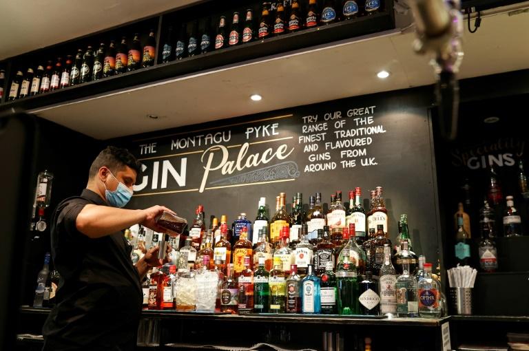 Un barman verse un verre dans un pub de Londres le 17 mai 2021
