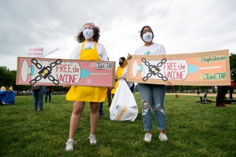 Des manifestants le 5 mai 2021 à Washington DC appelant les États-Unis à s'engager dans un plan mondial de vaccination contre le nouveau coronavirus comprenant l'abandon des brevets sur les vaccins