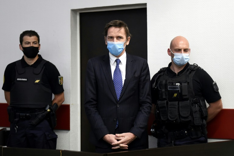 Remy Daillet (c) patiente avant son audience devant le juge des libertés et de la détention, le 16 juin 2021 à Nancy