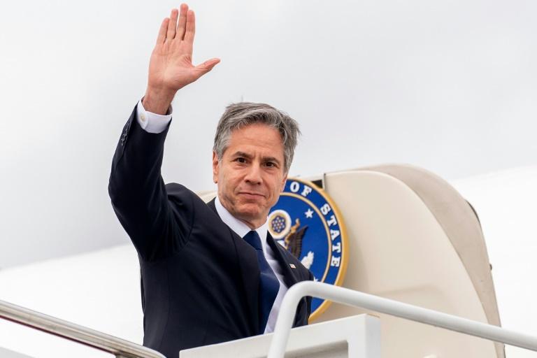 Le secrétaire d'Etat américain Antony Blinken salue avant d'embarquer à bord d'un avion pour une tournée en Europe, le 22 juin 2021 à la base d'Andrews Air Force, dans le Maryland