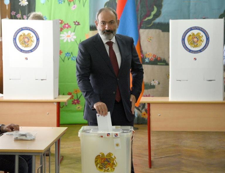 Le Premier ministre arménien Nikol Pachinian vote à Erevan, le 20 juin 2021
