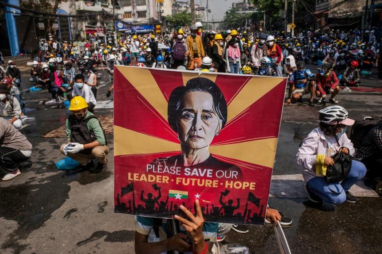 Des manifestants contre le coup d'Etat en Birmanie le 2 mars 2021à Rangoun