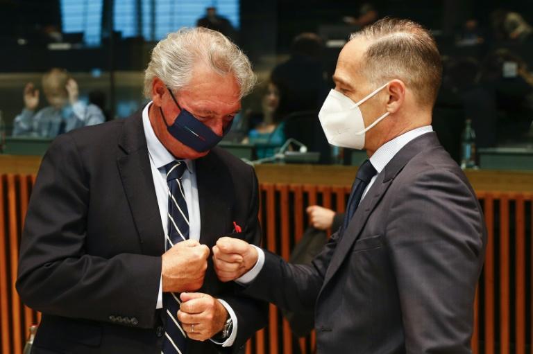 Le chef de la diplomatie luxembourgeoise Jean Asselborn salue son homologue allemand Heiko Maas lors d'une réunion des ministres des Affaires étrangères des Vingt-Sept à Luxembourg, le 21 juin 2021