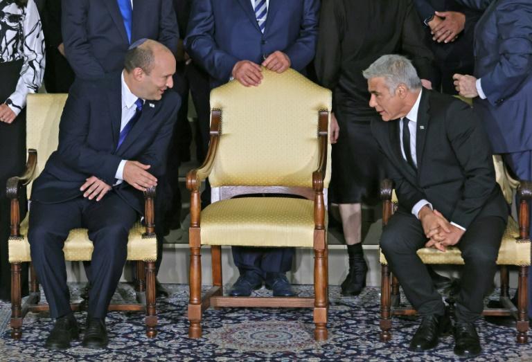 Le Premier ministre israélien Naftali Bennett et le ministre des Affaires étrangères Yaïd Lapid, après la formation de leur gouvernement de coalition le 14 juin 2021 à Jérusalem