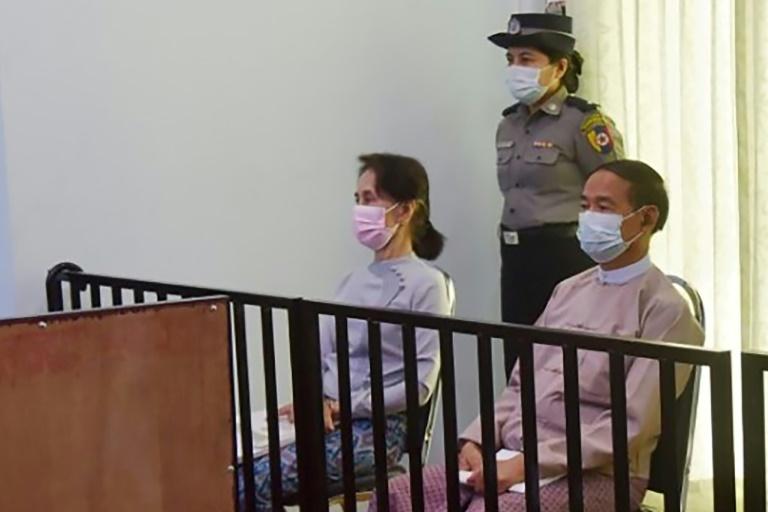 L'ex-dirigeante birmane Aung San Suu Kyi et l'ancien président Win Myint, le 24 mai 2021 lors de leur première audition devant un tribunal à Naypyidaw