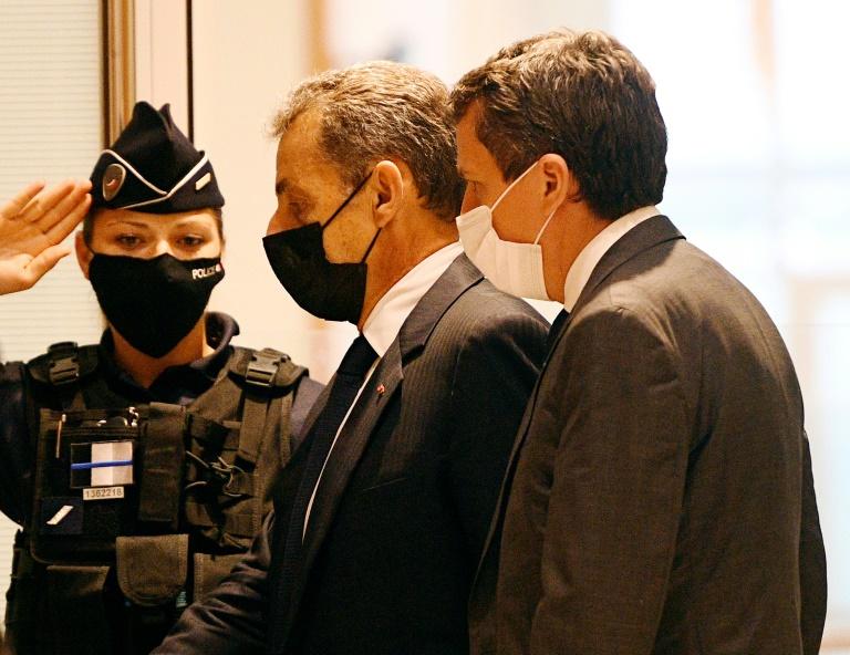 L'ancien président Nicolas Sarkozy (C) à son arrivée au tribunal correctionnel de Parisle 15 juin 2021