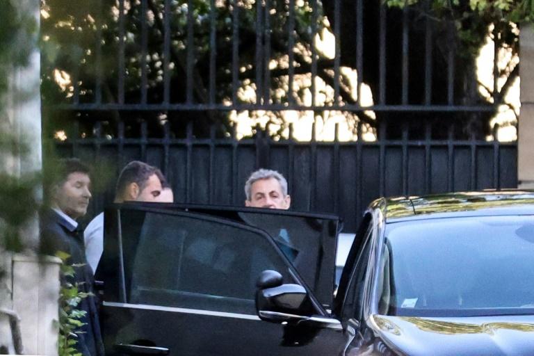 Nicolas Sarkozy sort de son domicile, le 20 mai 2021 à Paris