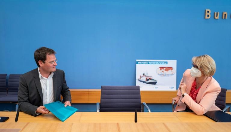 Le climatologue et physicien allemand Markus Rex (G) en conversation avec la ministre allemande de l'Education Anja Karliczek après une conférence de presse à Berlin le 15 juin 2021