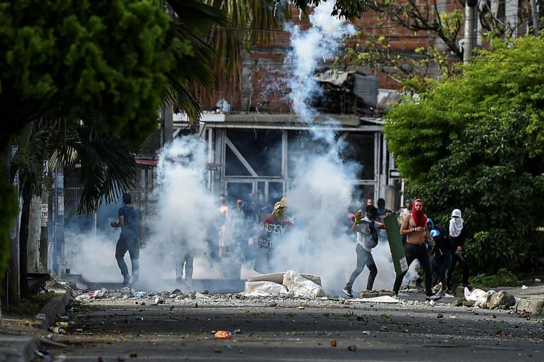 Affrontements entre des manifestants et la police anti-émeutes à Cali (Colombie), le 4 juin 2021