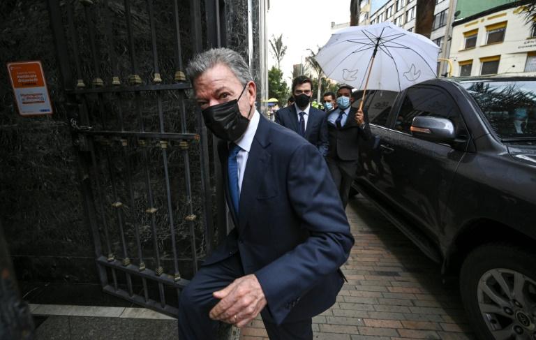 L'ancien président de la Colombie, Juan Manuel Santos (2010-2018), arrive au siège de la Commission de la vérité, à Bogota, le 11 juin 2021