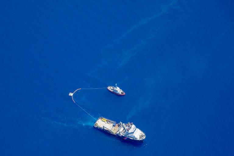 Photo fournie par l'Armée de l'Air de deux bateaux qui récupèrent des hydrocarbures au large de Solenzara