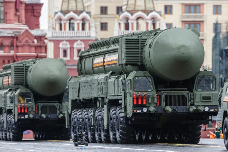 Un modèle du système de missiles balistiques intercontinentaux Iars RS-24 lors d'une parade sur la place Rouge à Moscou le 9 mai 2021