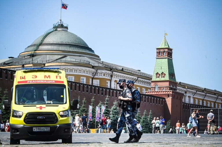 Des soldats de la garde nationale russe en patrouille sur la place Rouge où est stationnée une ambulance, le 18 juin 2021 à Moscou