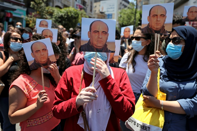 Des Palestiniens manifestent à la suite de la mort du militant Nizar Banat, le 24 juin 2021, à Ramallah, en Cisjordanie occupée