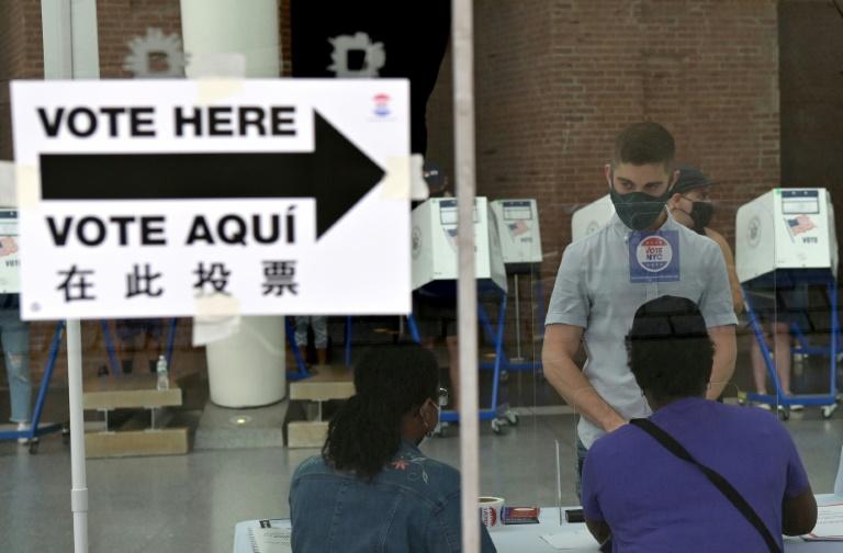 Des électeurs votent pour les primaires municipales à New York le 22 juin 2021