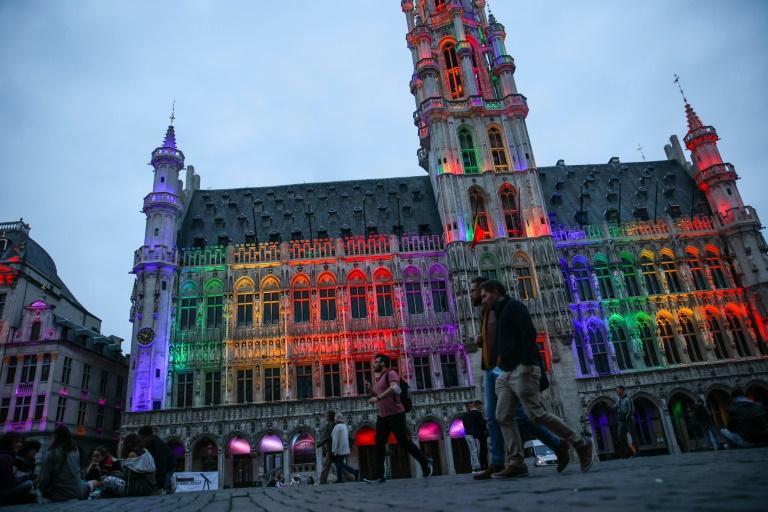 L'Hôtel de ville de Bruxelles illuminé aux couleurs de l'arc-en-ciel en solidarité avec la communauté LGBTQ+ après une loi hongroise dénoncée comme discriminatoire, le 23 juin 2021