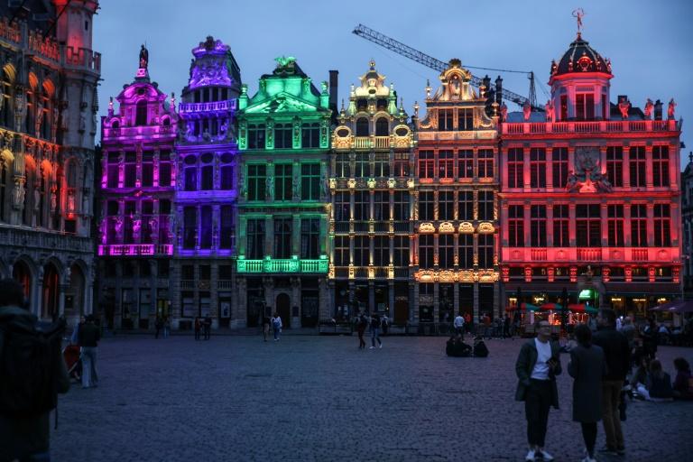 L'Hôtel de ville de Bruxelles illuminées des couleurs arc-en-ciel pour montrer sa solidarité à la communauté LGTBQ+ après une loi hongroise dénoncée comme discriminatoire, le 23 juin 2021