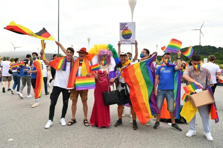 Des supporters allemands aux couleurs arc-en-ciel devant le stade de Munich avant le match de l'Euro Allemagne-Hongrie, le 23 juin 2021