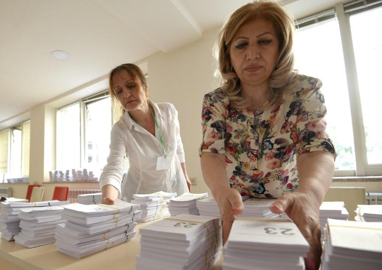 Mise en place du matériel de vote dans un bureau d'Erevan, le 19 juin 2021