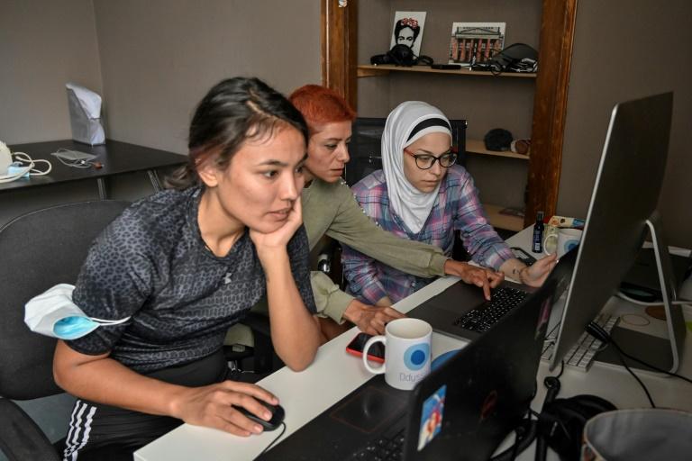 Fatemeh, Sude et Ataa travaillant dans le cadre d'un projet sur l'égalité des genres à Athèns le 15 juin 2021