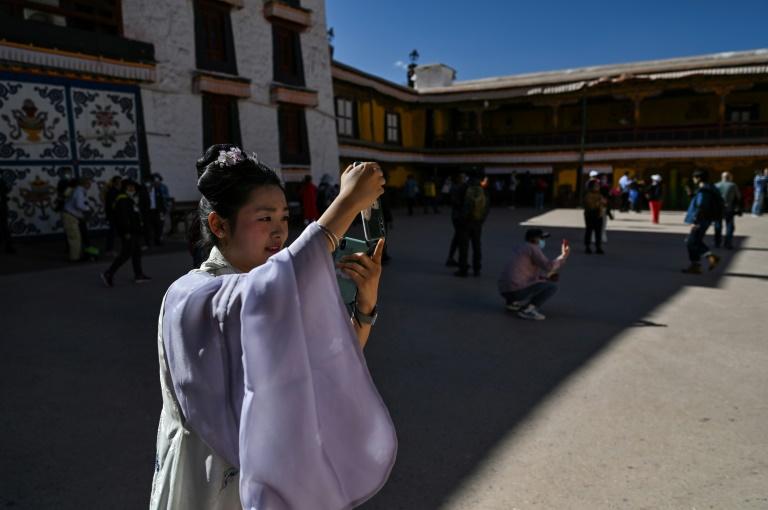 Des touristes visitent le Palais du Potala à Lhassa, le 1er juin 2021
