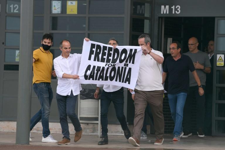 (De G à D) Les indépendantistes catalans Jordi Turull, Jordi Cuixart, Joaquim Forn, Josep Rull, Raul Romeva et Oriol Junqueras à leur sortie de la prison de Lledoners, à Sant Joan de Vilatorrada, le 23 juin 2021