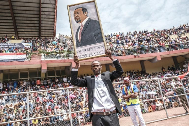 Un homme brandit le portrait du Premier ministre éthiopien Abiy Ahmed dans un stade de Jimma, lors d'un meeting électoral, le 16 juin 2021