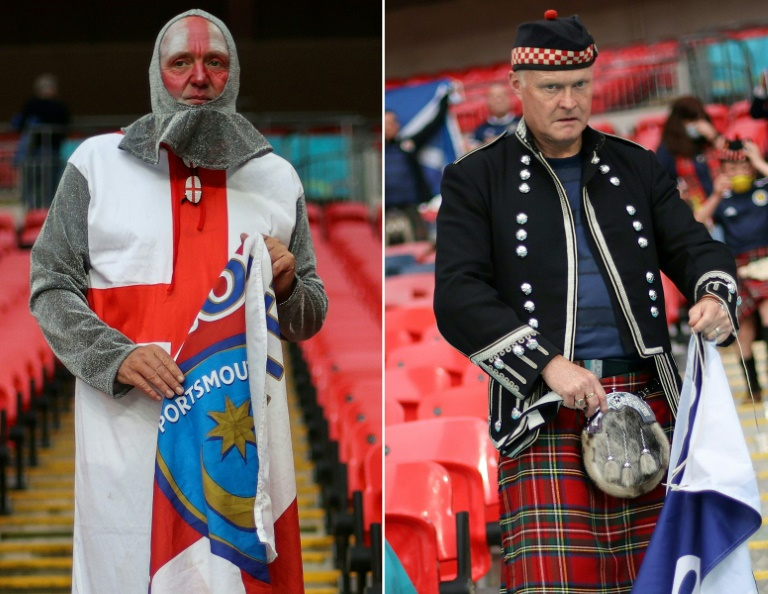 Des supporteurs anglais (g) et écossais, avant leur match à l'Euro, le 18 juin 2021 à Wembley