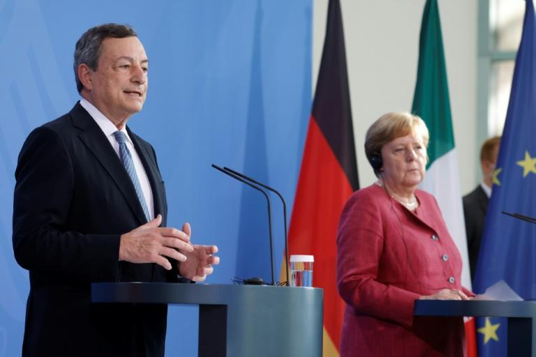 Le chef du gouvernement italien Mario Draghi, au côté de la chancelière allemande Angela Merkel, lors d'une conférence de presse, le 21 juin 2021 à Berlin