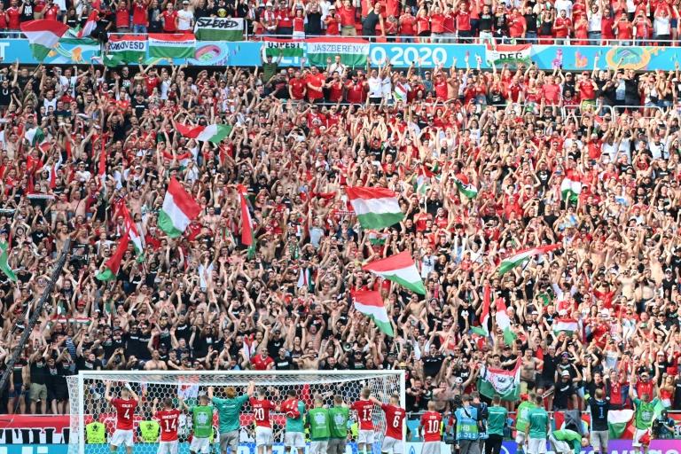 Les joueurs hongrois célèbrent avec leur public leur match nul (1-1) face à la France, lors de la 2e journée du groupe F à l'Euro 2020, le 19 juin 2021 à Budapest