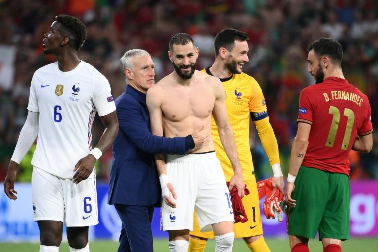 Karim Benzema félicité par Didier Deschamps à la fin du match de l'Euro Portugal-France le 23 juin 2021 à Budapest