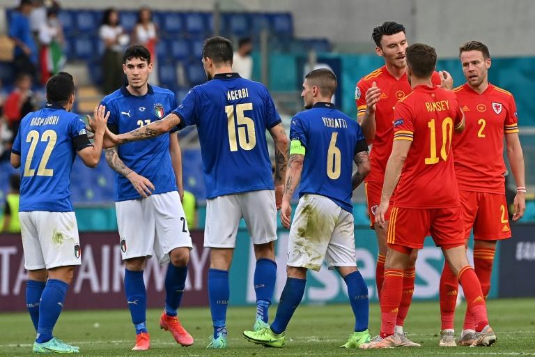 Les Italiens et les Gallois, à la fin du match remporté par la Squadra Azzurra, 1-0, lors de la 3e journée du groupe A à l'Euro 2020, le 20 juin 2021 à Rome