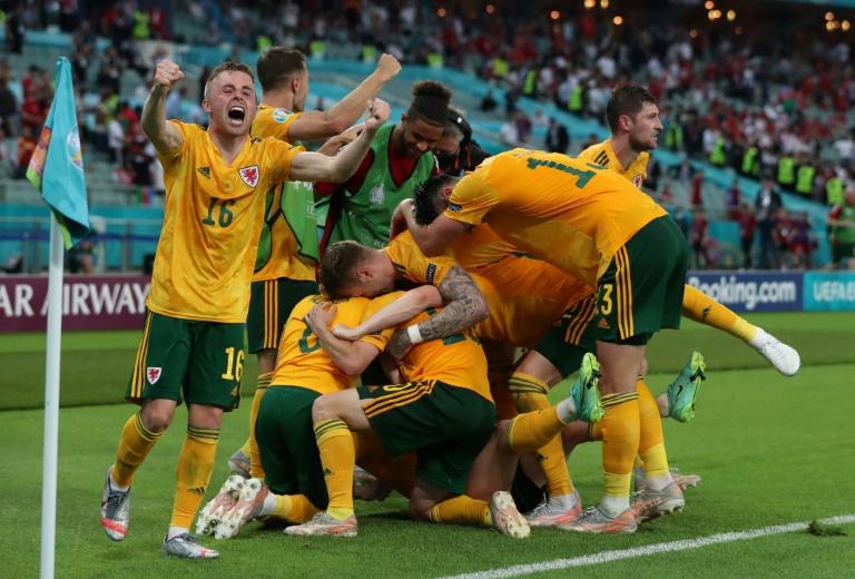 La joie des Gallois, après le 2e but marqué par le défenseur Connor Roberts, contre la Turquie à l'Euro 2020, le 16 juin 2021 à Bakou