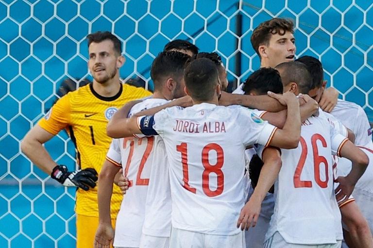 La joie des Espagnols, après le 5e but marqué contre la Slovaquie, lors de la 3e journée du groupe E à l'Euro 2020, le 23 juin 2021 à Séville