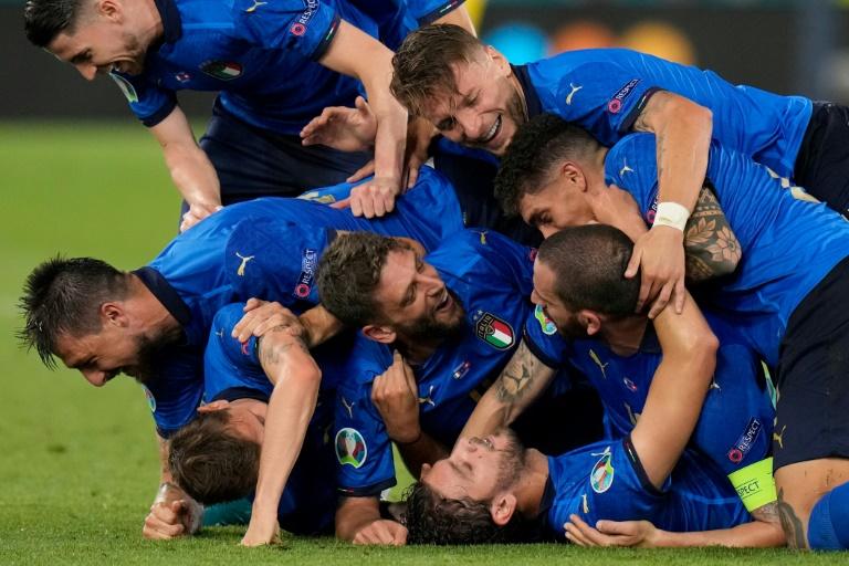 La joie des Italiens après le but du milieu de terrain Manuel Locatelli contre la Suisse, lors de l'Euro 2020, le 16 juin 2021 au Stadio Olimpico à Rome