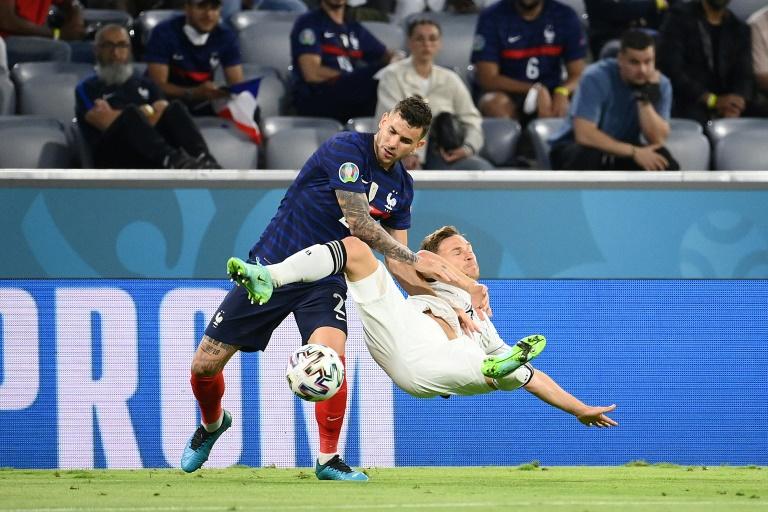 Le défenseur français Lucas Hernandez à la lutte avec le milieu allemand Joshua Kimmich lors de l'Euro le 15 juin 2021 à Munich