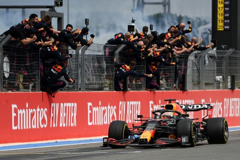 Les membres de l'écurie Red Bull félicitent Max Verstappen après sa victoire au GP de France de F1 sur le Circuit Paul-Ricard du Castellet le 20 juin 2021