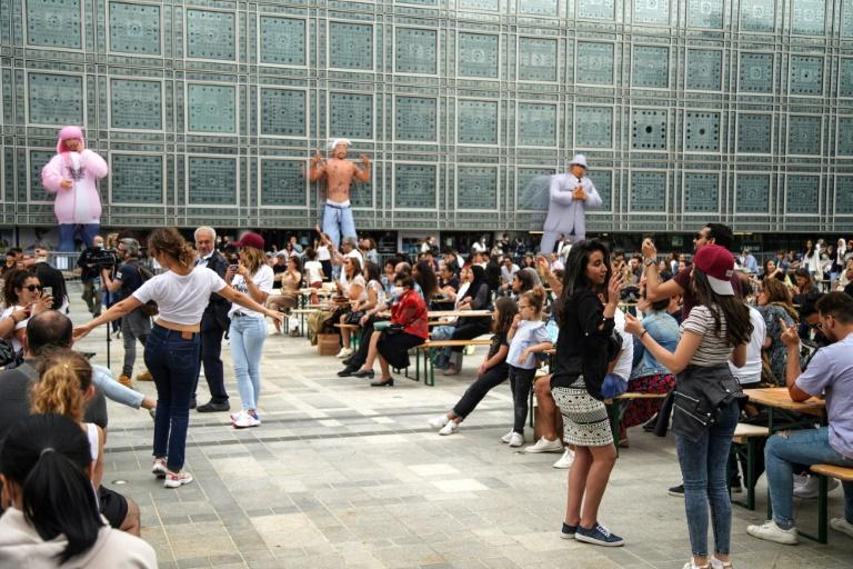 Des personnes dansent lors de la fête de la musique devant l'Institut du monde Arabe à Paris, le 21 juin 2020